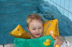 Pływanie na basenie dla niemowląt i małych dzieci